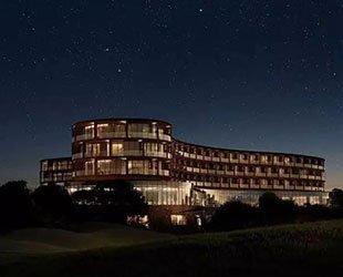 耗资1.1亿美元的酒店用的是谁家玻璃?请看澳大利亚皇家汽车周刊今年7月号上的讲述。
